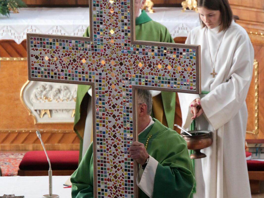 Das Licht des Auferstandenen strahlt vom Kreuz