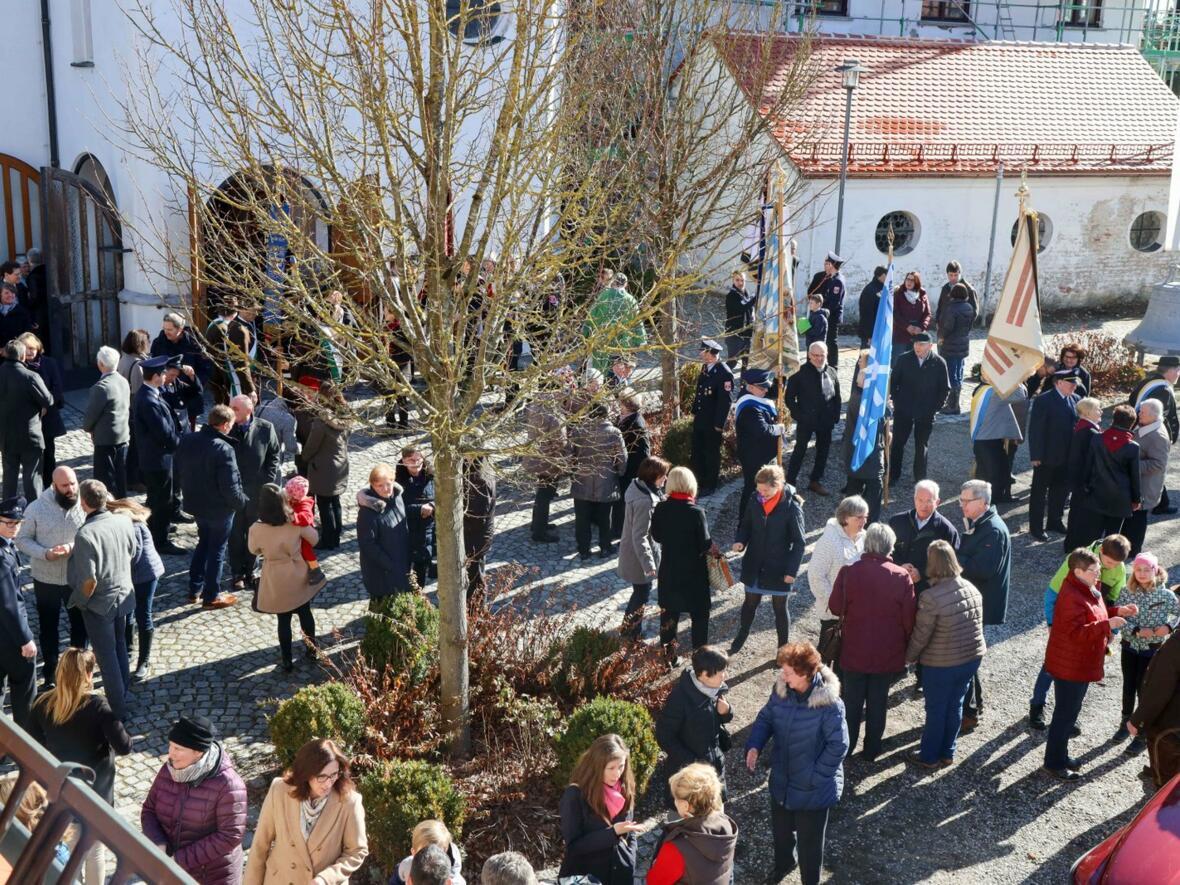 Begegnungen mit Bischof Konrad auf dem Kirchplatz