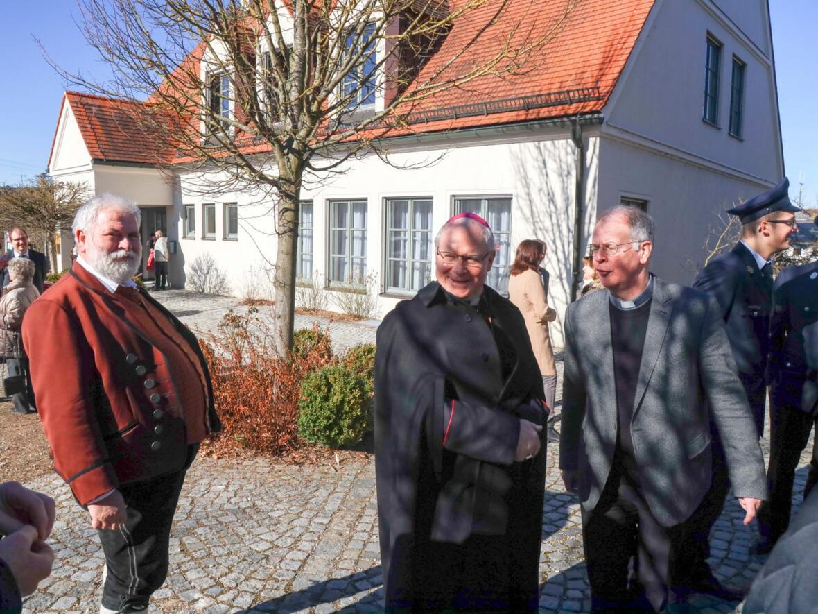 Bürgermeister Hörmann und Pater Bernhard freuen sich mit Bischof Konrad