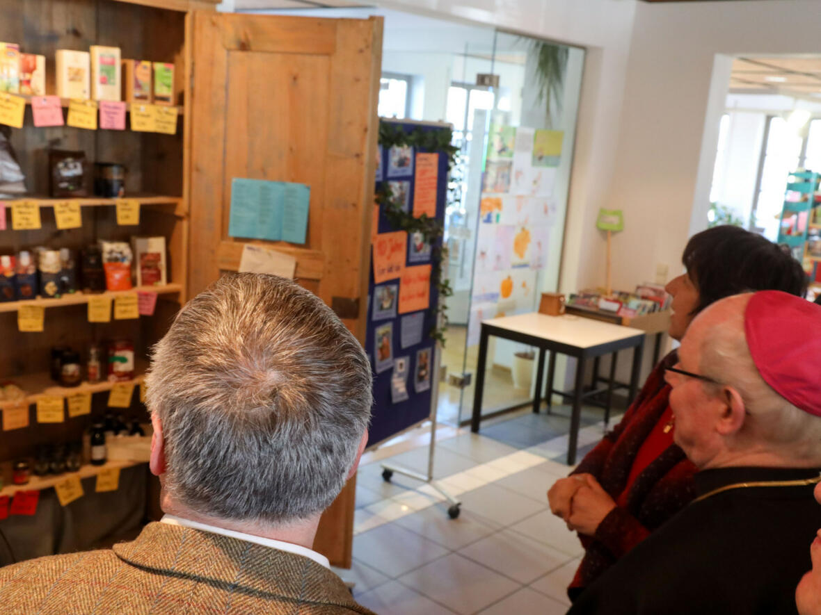 Bischof Konrad im EineWelt Cafe