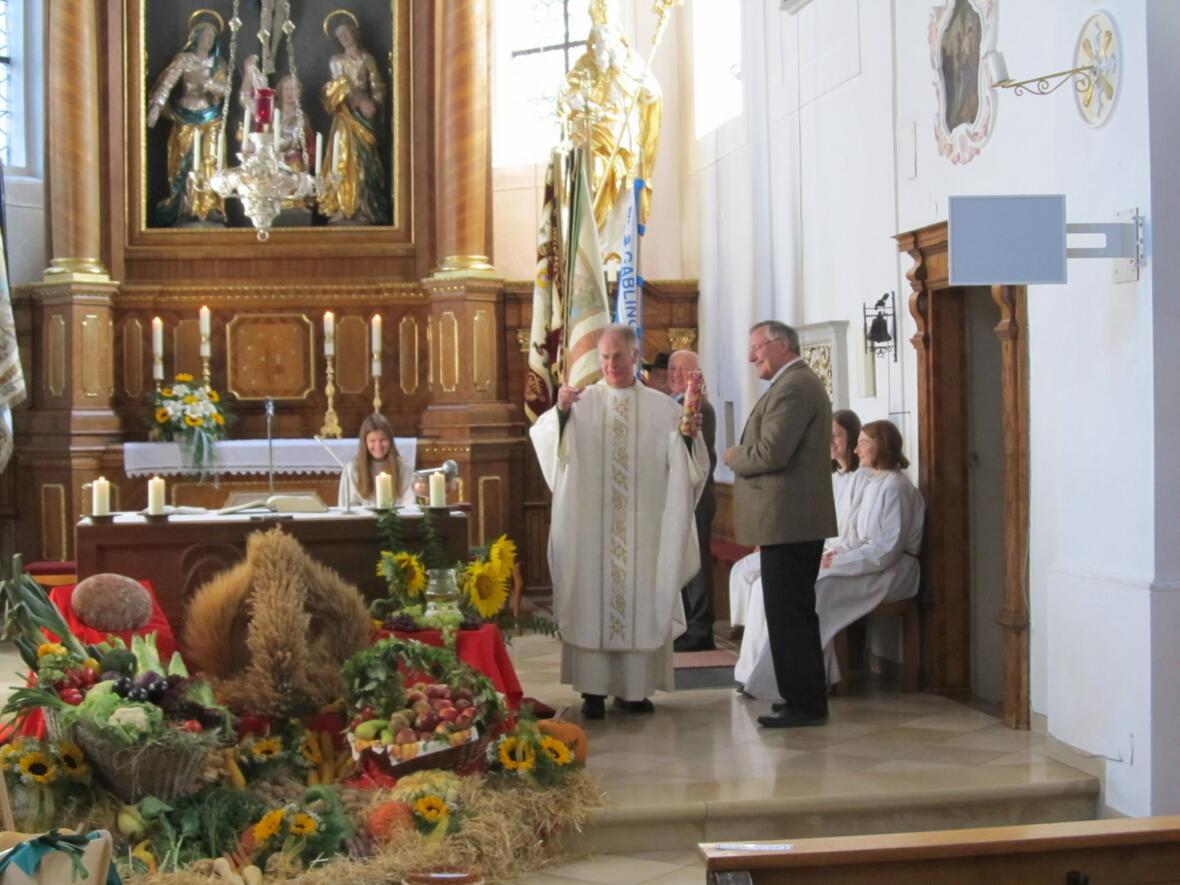 Pater Bernhard gratuliert Diakon Helmut Scharpf zum 10 jährigen Jubiläum
