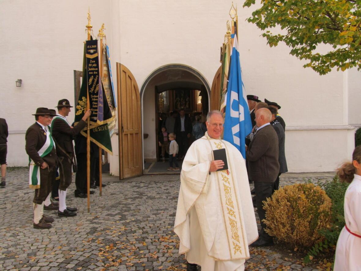 Pater Bernhard freut sich über die große Schar der Gläubigen beim Festgottesdienst