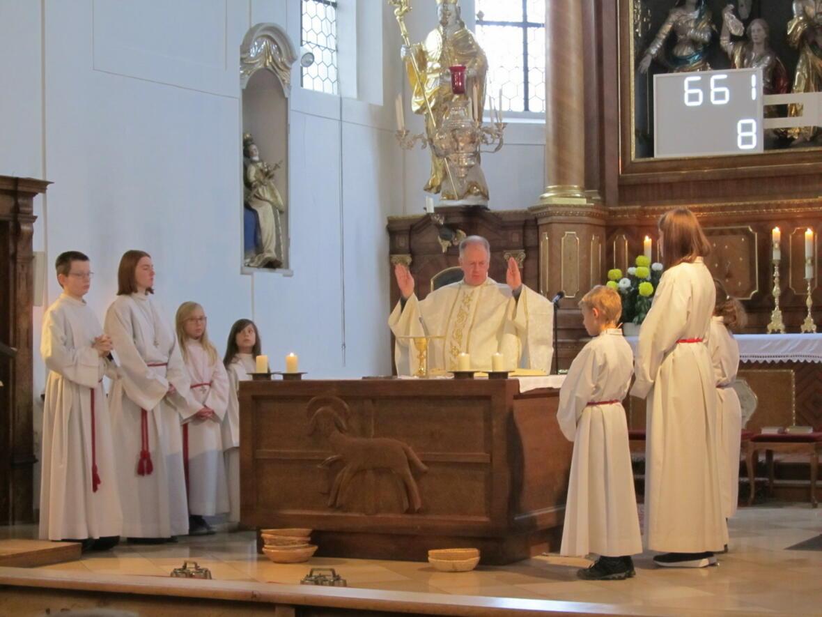 Pater Bernhard zelebriert den Festgottesdienst