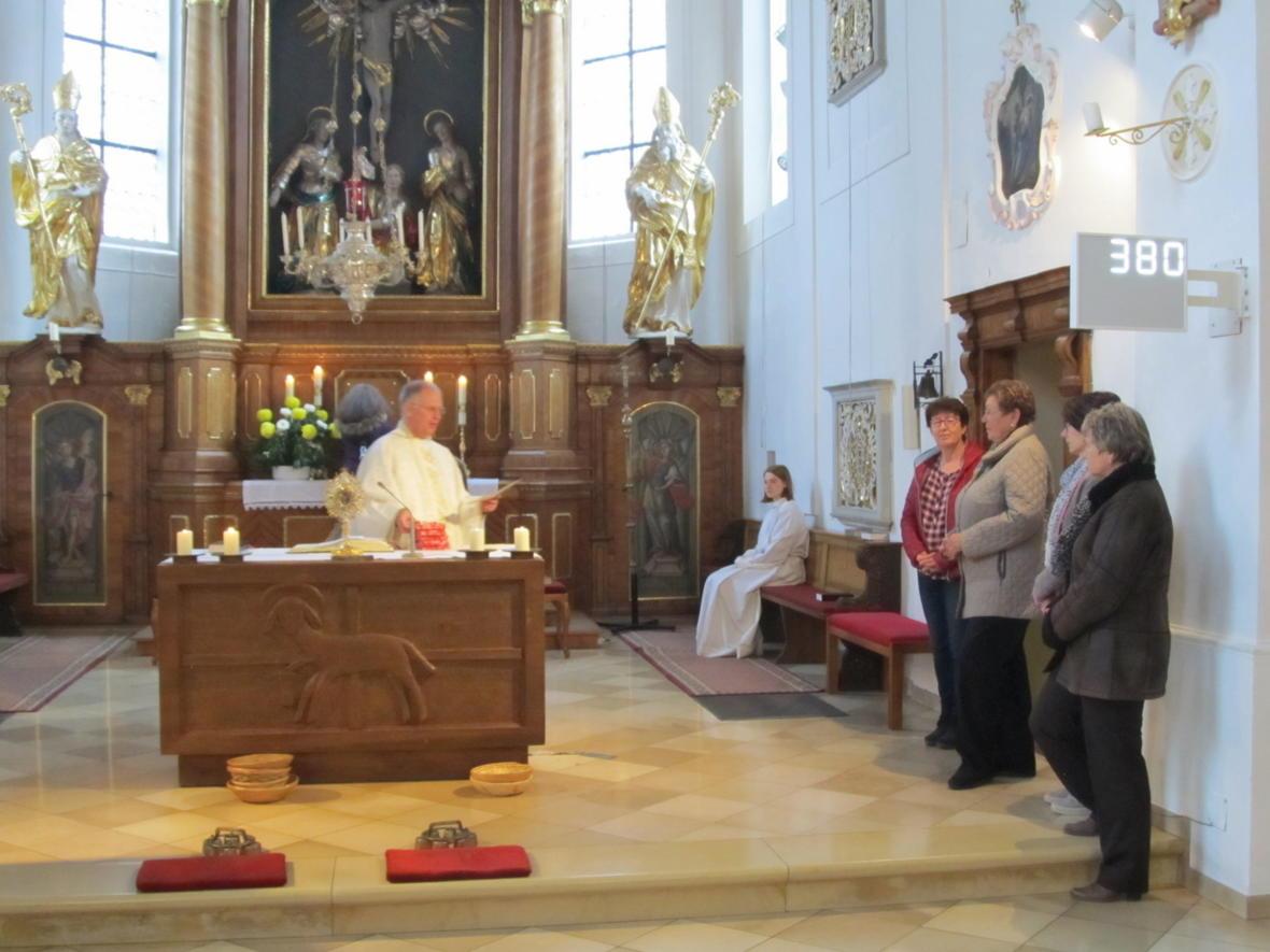 Pater Bernhard verabschiedet die ehemaligen Pfarrgemeinderätinnen