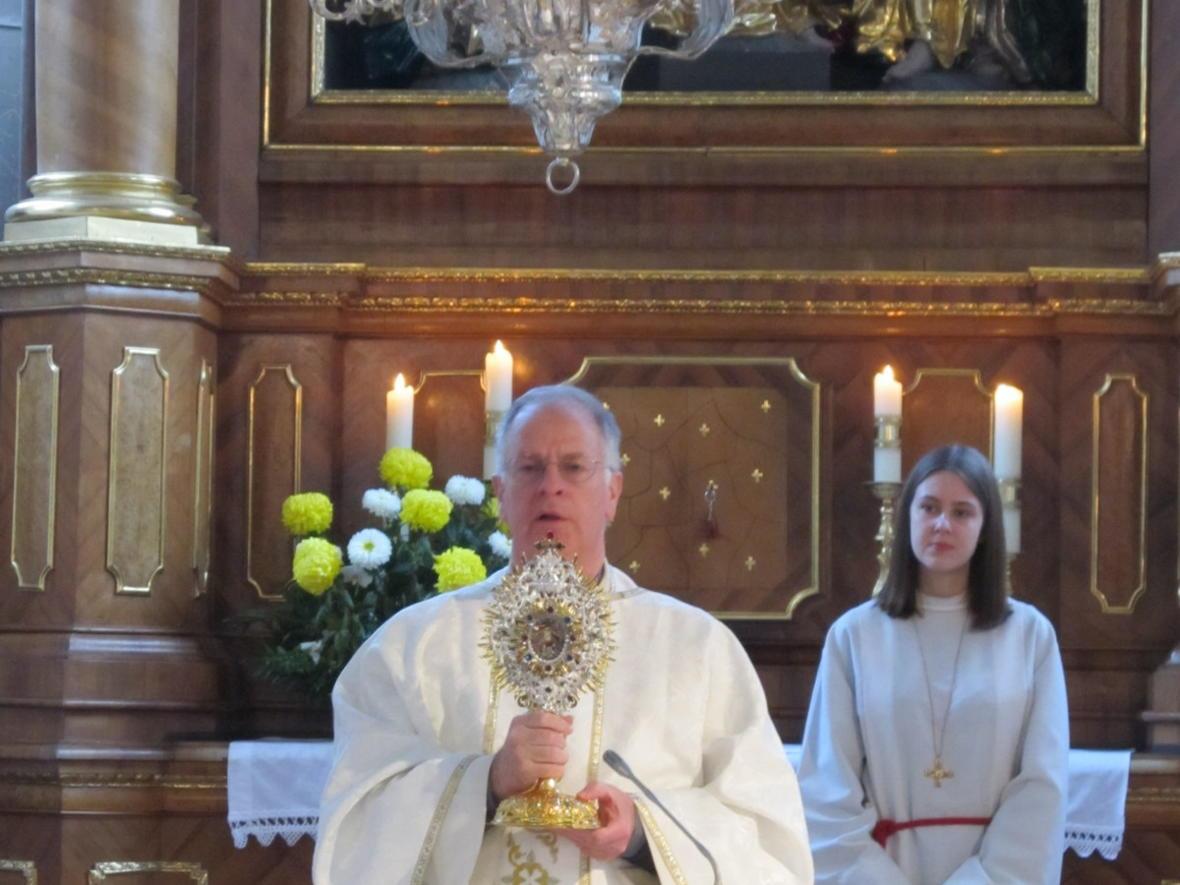Pater Bernhard erteilt den Segen mit der Martinsmonstranz