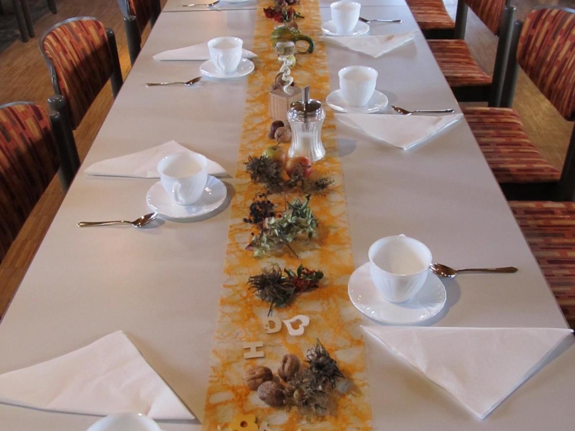 Die Pfarrgemeinderäte laden zu Kaffee und Kuchen ins Pfarrheim ein, die Tische sind schön dekoriert
