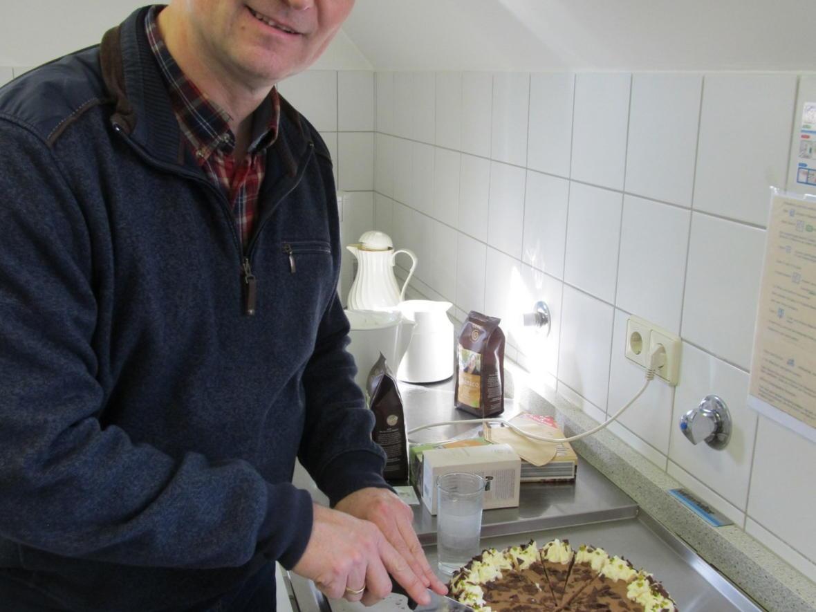 Selbst ist der Mann - Pfarrgemeinderat Manfred Trenker schneidet die Torte an