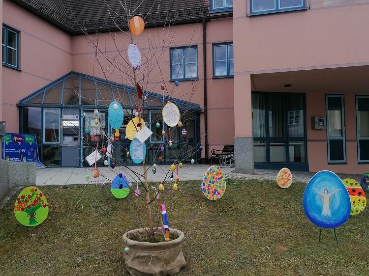 Osterwiese mit Hoffnungsbaum - Frauenbund 2021