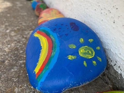Farbenfroher Gruß an der Kirchenmauer in der Corona-Krise