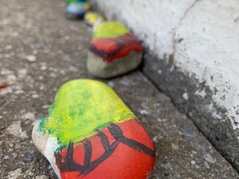 Farbenfroher Gruß an der KIrchenmauer