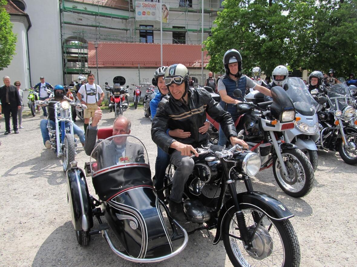 Motorradsegnung 2019 - Pater Bernhard im Beiwagen der DKW von Gerhard Scherer