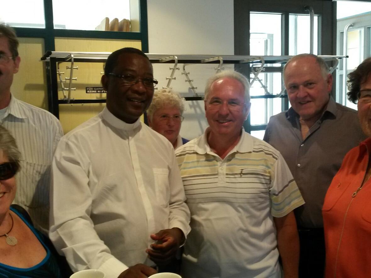 """Father Dan, Urlaubsvertretung in St. Martin, zu Gast im """"EineWelt-Cafe"""" im August 2018"""