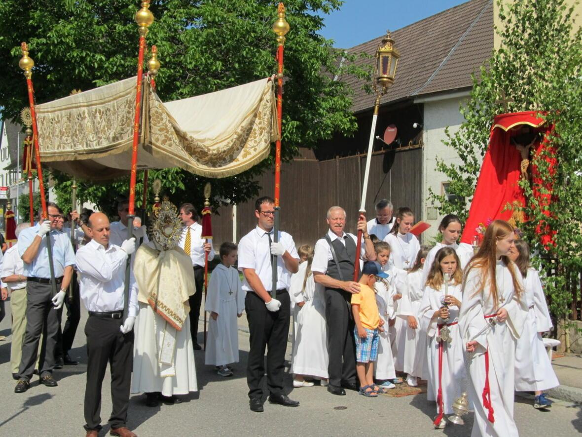 Fronleichnam 2018 - Pater Bernhard mit dem Allerheiligsten