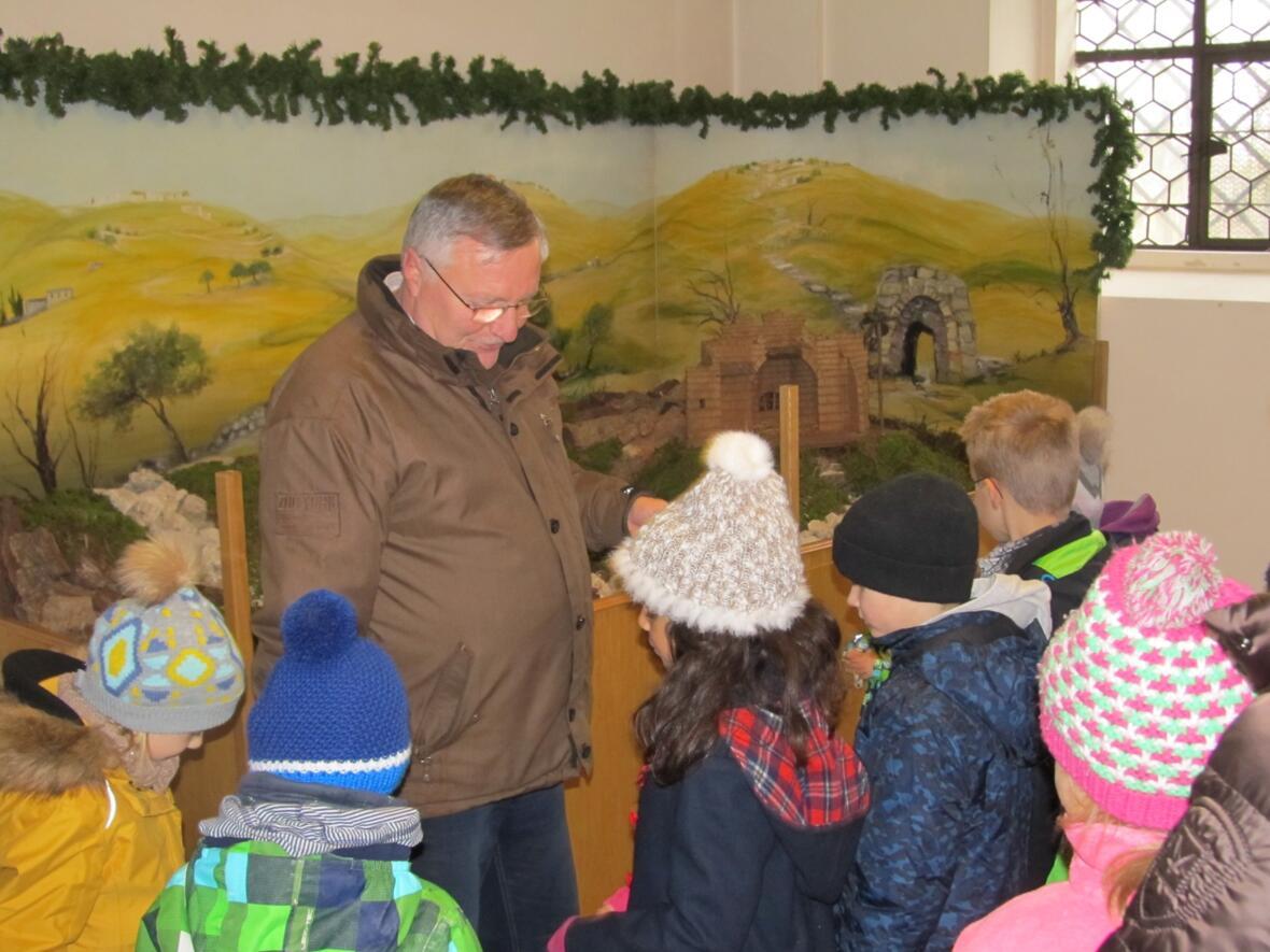 2. Advent - Mesner Helmut Scharpf baut mit den Kindern die Krippe