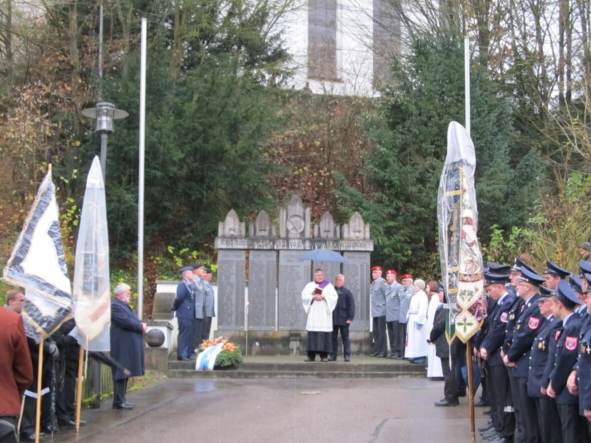 Volkstrauertag - Totengedenken am Kriegerdenkmal 19. November 2017