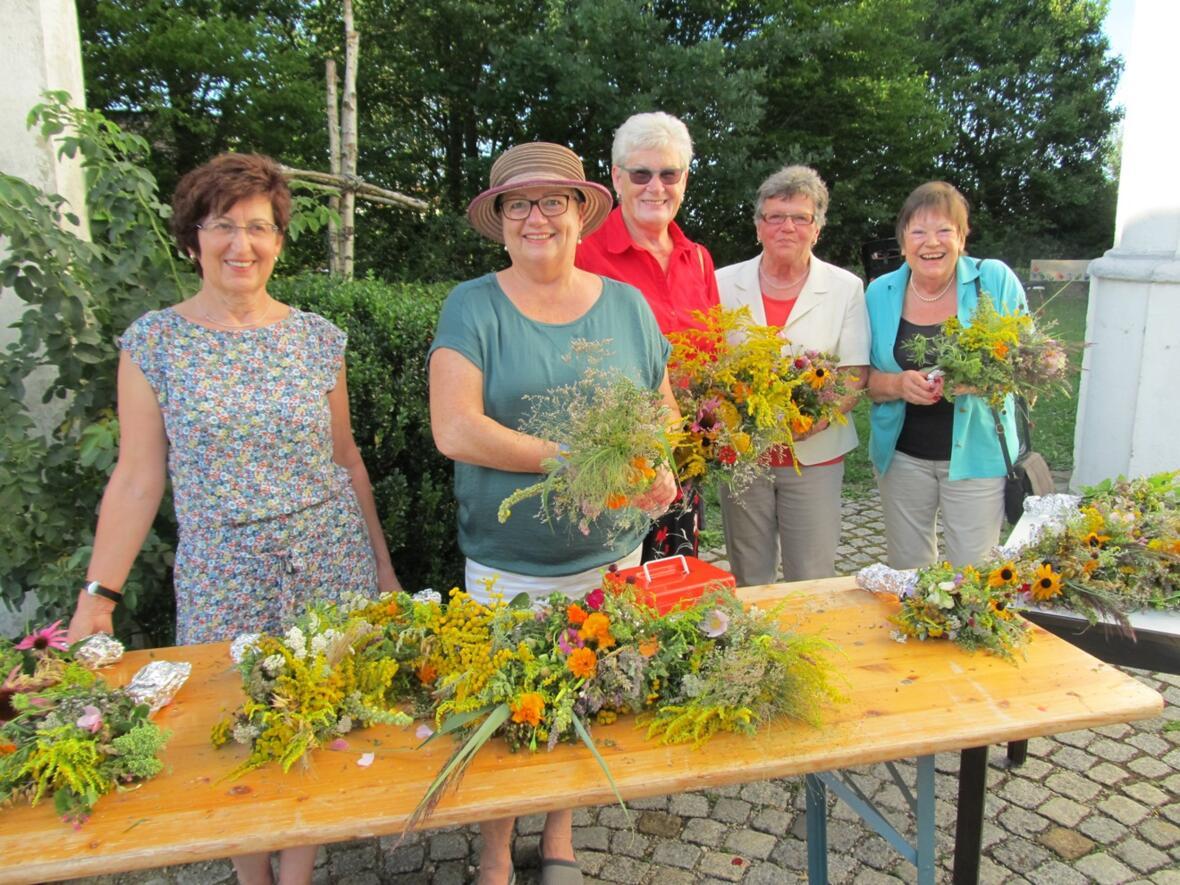 Der Frauenbund verkauft Kräuterbüschel an Maria Himmelfahrt 2017