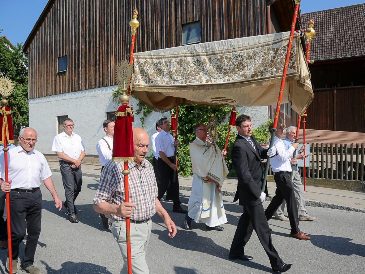 Fronleichnam 2017. Pater Bernhard mit dem Allerheiligsten