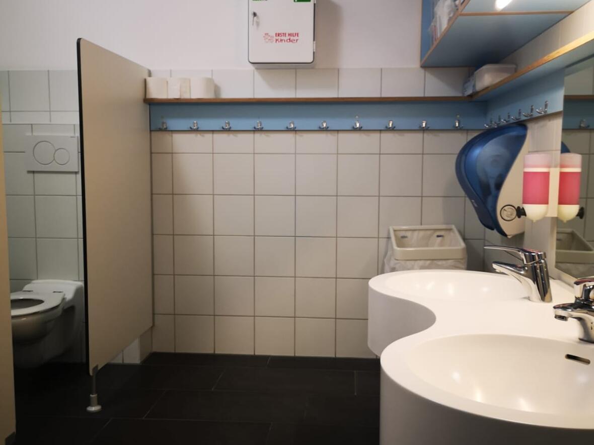 Der Sanitärraum einer Kindegartengruppe
