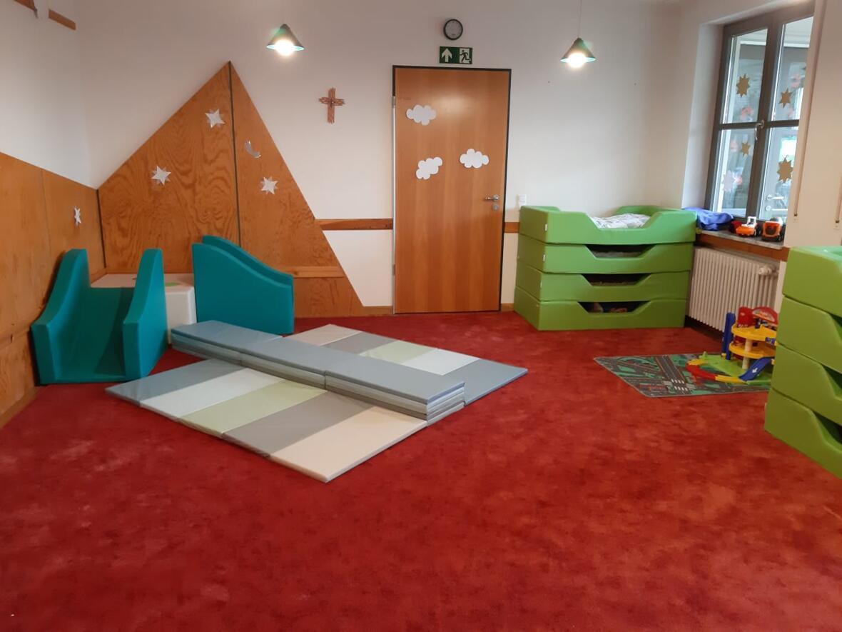 Der Nebenraum unserer Krippengruppe im Pfarrheim. Viel Platz zum Spielen und mittags zum Schlafen