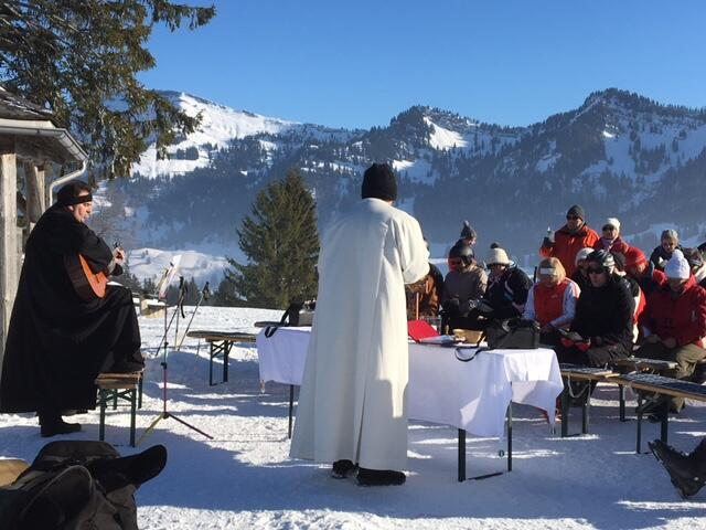 """Ca. 40 Teilnehmer, davon auch viele Wintersportler, feierten am Gipfelkreuz (neben der Imberg-Bergstation) einen ökumenischen Berggottesdienst. Das Thema lautete: """"Ein neues Herz und ein neuer Geist."""" Pfarrer Frank Wagner und Kurseelsorger Josef Hofmann leiteten bei Sonnenschein, aber eisigen Temperaturen, die gottesdienstliche Feier."""