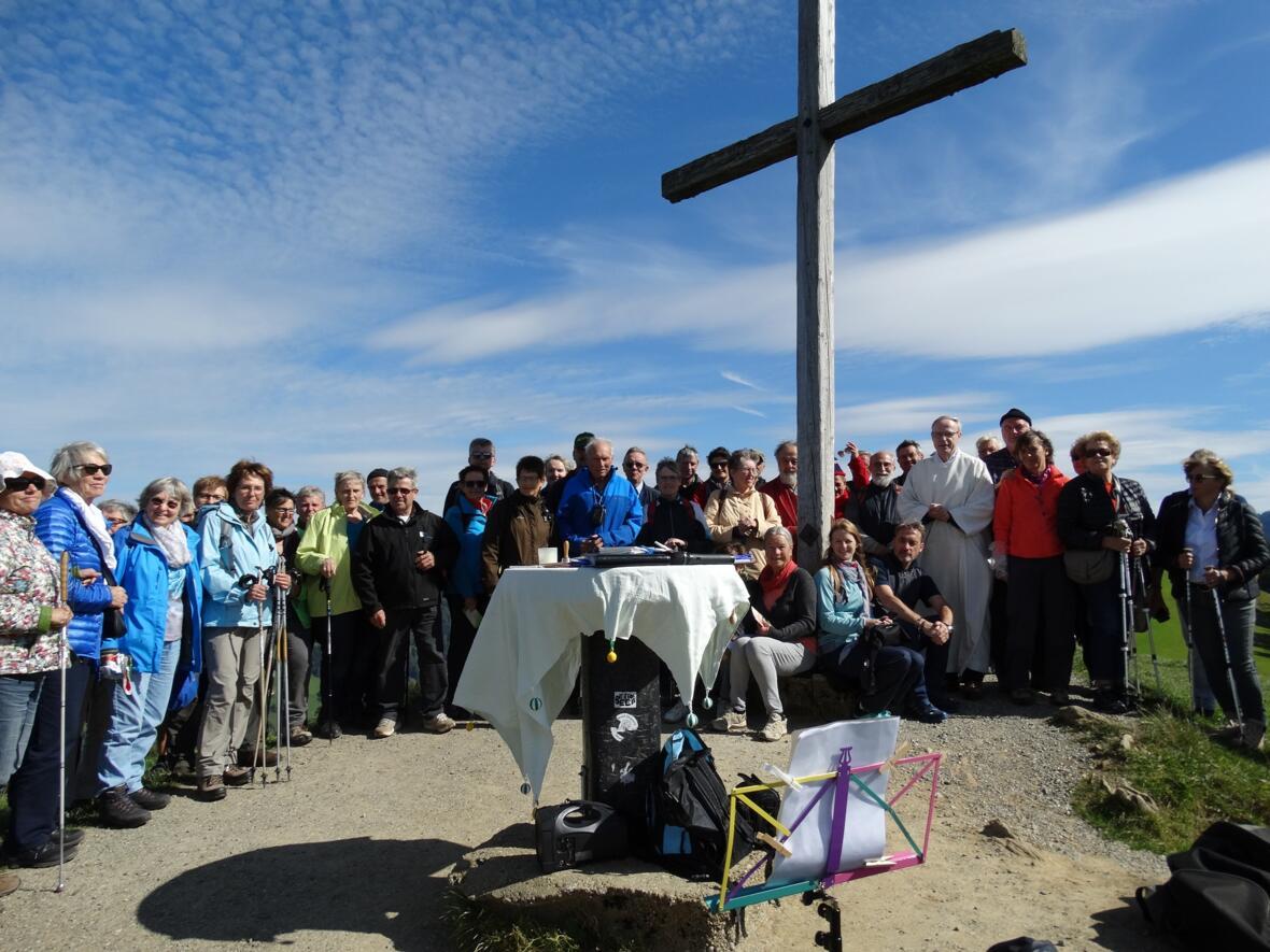 Die Mitfeiernden versammeln sich nach dem ökum. Berggottesdienst auf dem Hündle am 22.9.17 unter dem Kreuz