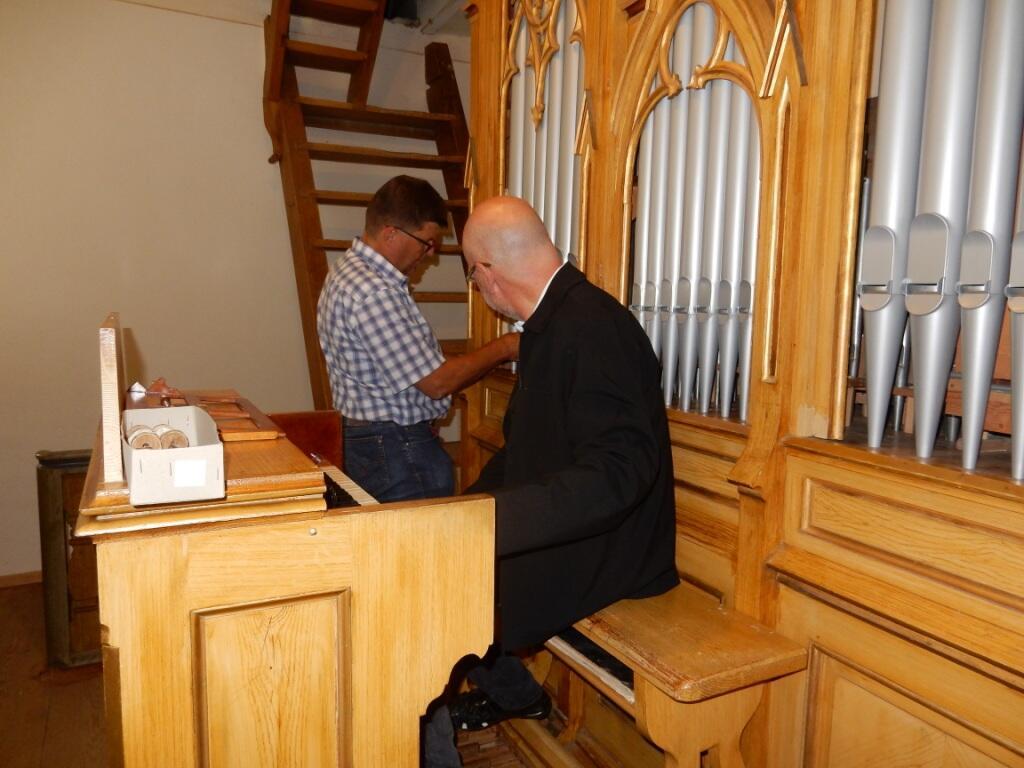 Kapelle Zell - Orgelabnahme nach Renovierung 21.08.17, Pater Stefan Kling vom Amt für Kirchenmusik und Orgelbauer Schmid