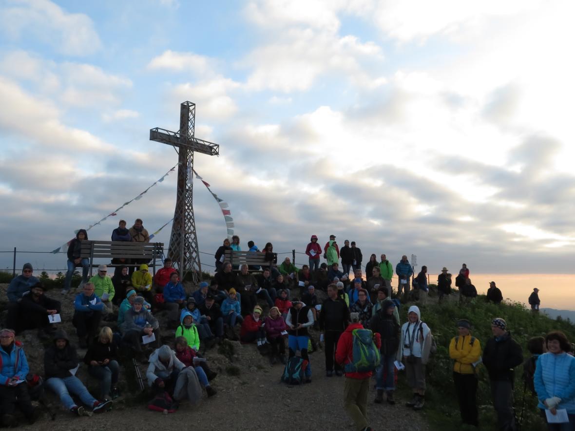 Bergmesse anläßlich der Sommersonnenwende am Gipfelkreuz des Hochgrats
