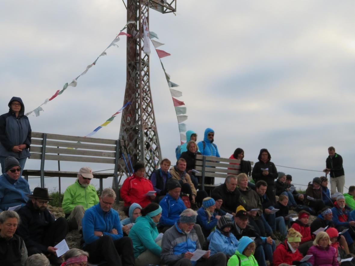 Katholische Bergmesse zum Sonnenaufgang anläßlich der Sommersonnenwende am 24. Juni um 6 Uhr morgens am Gipfelkreuz des Hochgrats