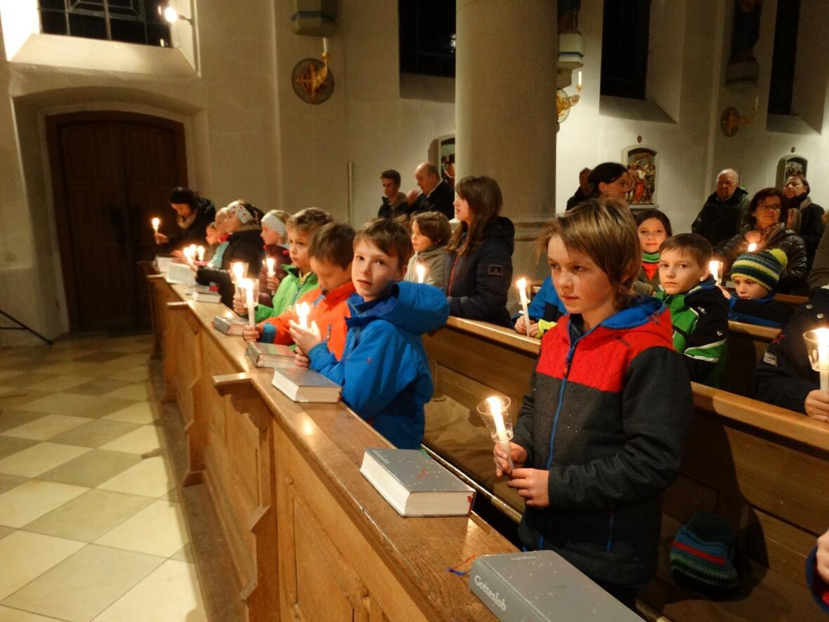 Die Kerzen der Kommunionkinder werden beim Gottesdienst am Fest der Darstellung des Herrn gesegnet.