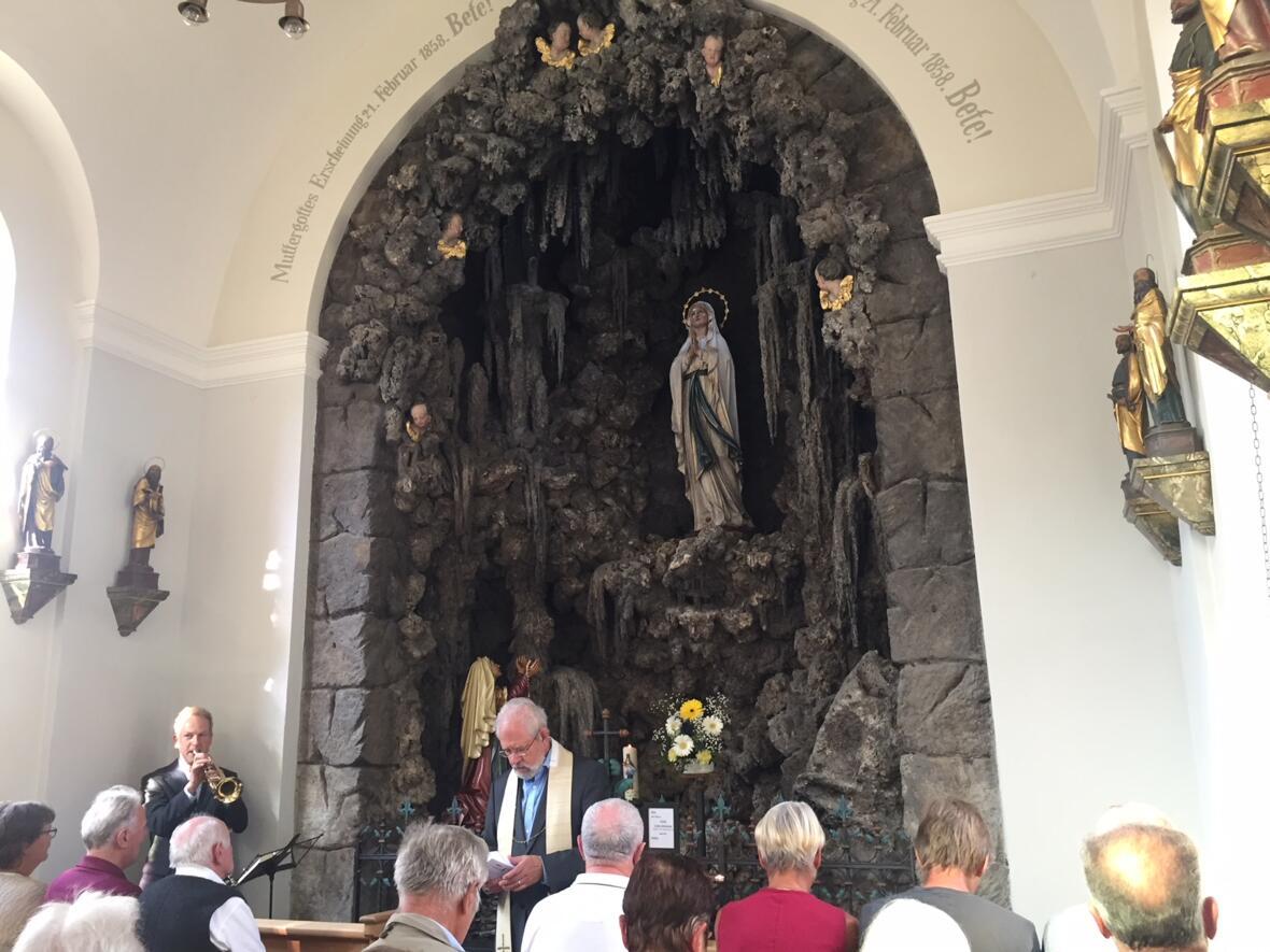 Einweihungsfeier mit Pfarrer Netzer der neu renovierten Lourdeskapelle am 2. Juli 18, musikalisch umrahmt von Martin Kerber