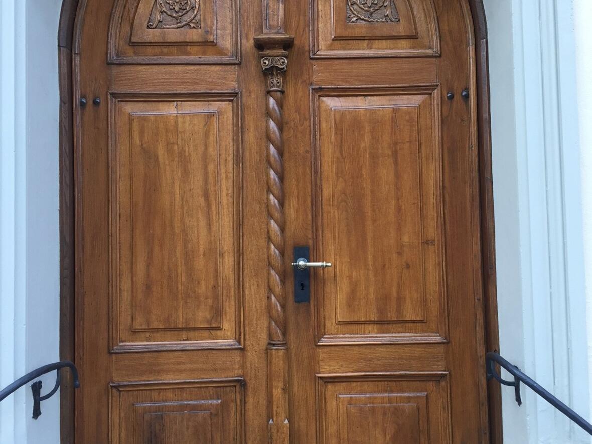 schön renovierte Türe der Lourdeskapelle