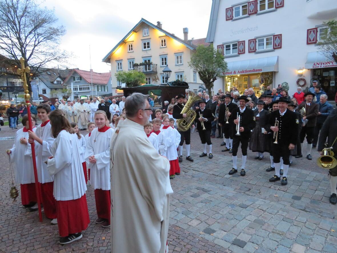 Installation Pfr. Matthias - vor der Kirche