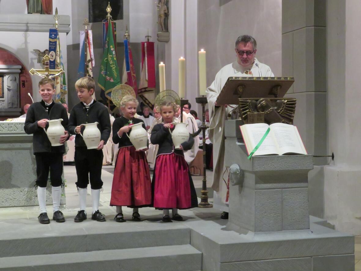 Krüge mit den Bildern der vier Pfarreien