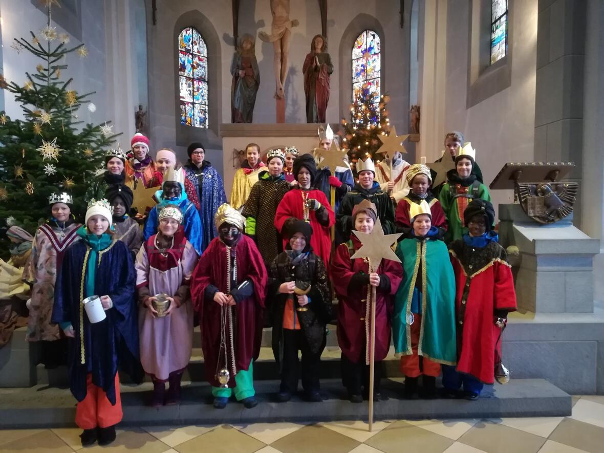 Am 3.1.19 wurden die Sternsinger in St. Peter und Paul ausgesandt, um die Botschaft des neugeborenen göttlichen Kindes in den Wohnungen zu tragen und gleichzeitig um Spenden für das Kindermissionswerk zu sammeln.