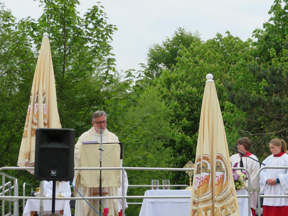Gottesdienst vor dem Franziskus-Saal am Pfarrfest 26. Mai