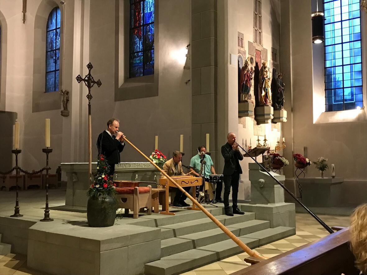 """Pfingstmontag 10. Juni fand ein außergewöhnliches Konzert """"Orgel & Kerber-Brothers Alpenfusion"""" mit den Oberstaufener Kerber-Brüdern statt. Die drei Künstler-Brüder stammen aus der bekannten Staufner Musiker-Familie, die auf zahlreichen internationalen Wettbewerben und Konzertreisen erfolgreich ist. Jeder von ihnen hat mehrere musikalische Studiengänge absolviert und sich in den unterschiedlichsten Sparten einen Namen gemacht. Zusammen mit Pit Gogl aus Immenstadt (Drums und Percussion) machten sie der imposanten Orgel in der Pfarrkirche ihre Aufwartung. Zum allerersten Mal integrierten sie die Orgel in ihr Repertoire. Die zahlreichen Zuhörer zeigten sich begeistert."""