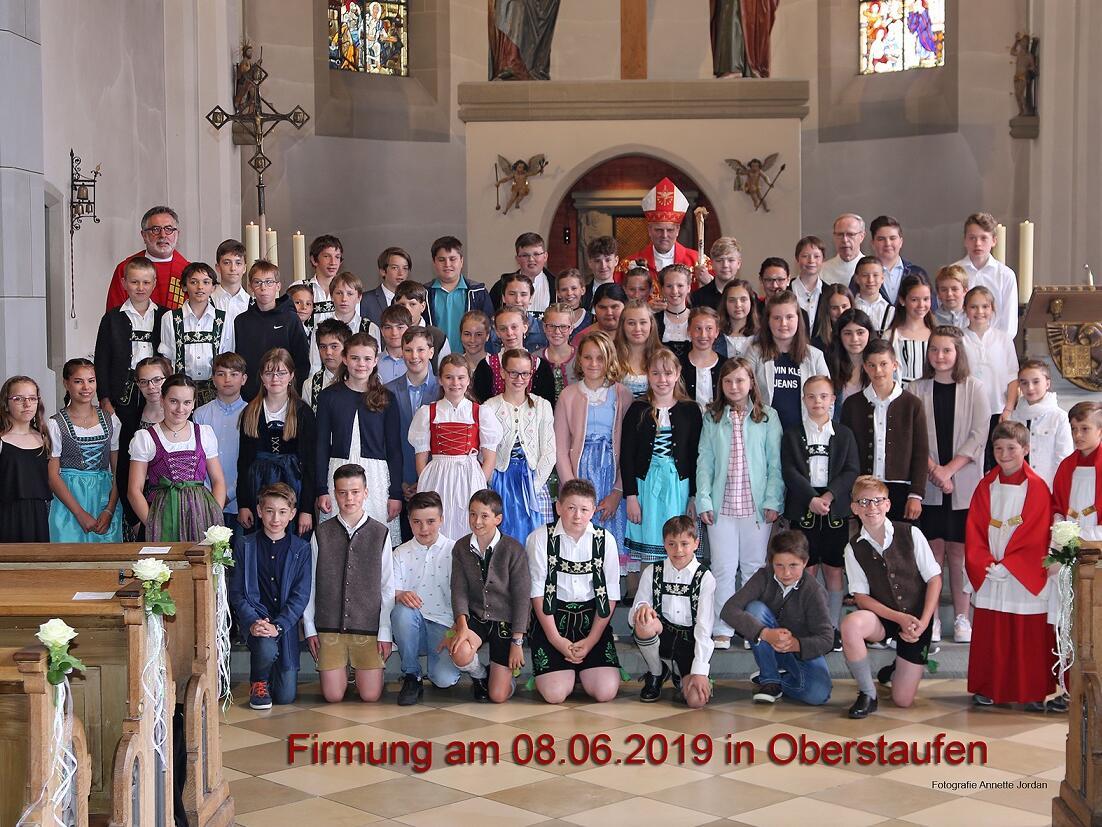 63 Buben und Mädchen wurden am 8. Juni in der Pfarrkirche St.Peter und Paul von Weihbischof Florian Wörner gefirmt.
