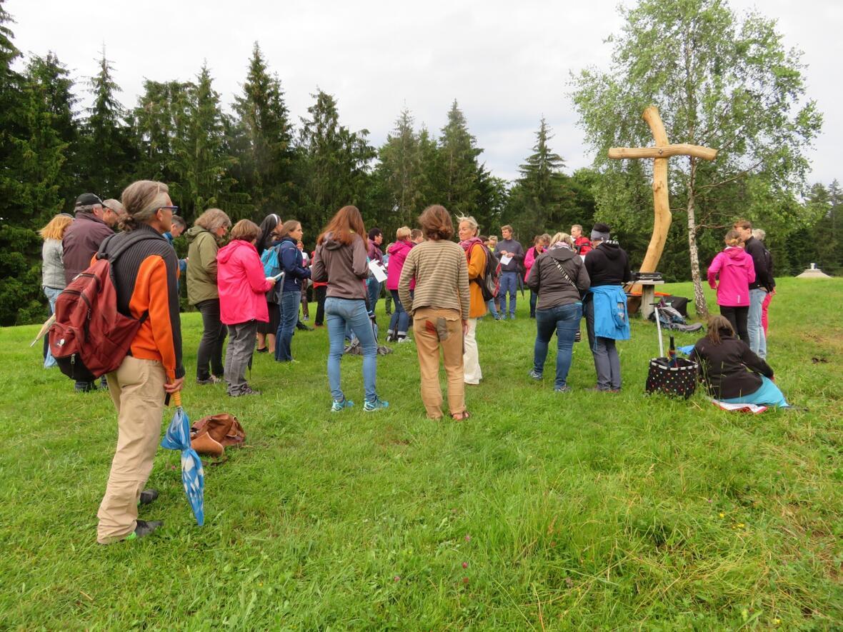 EinTaizégebet am Berg mit anschließendem Sonnwendsingen fand am Freitag, den 21.Juni am Feldkreuz bei der Alpe Mohr statt. Die instrumentale Begleitung übernahmen Martin Kerber und Michael Bendoraitis. Anne Mohr versorgte die Teilnehmer mit Getränken.
