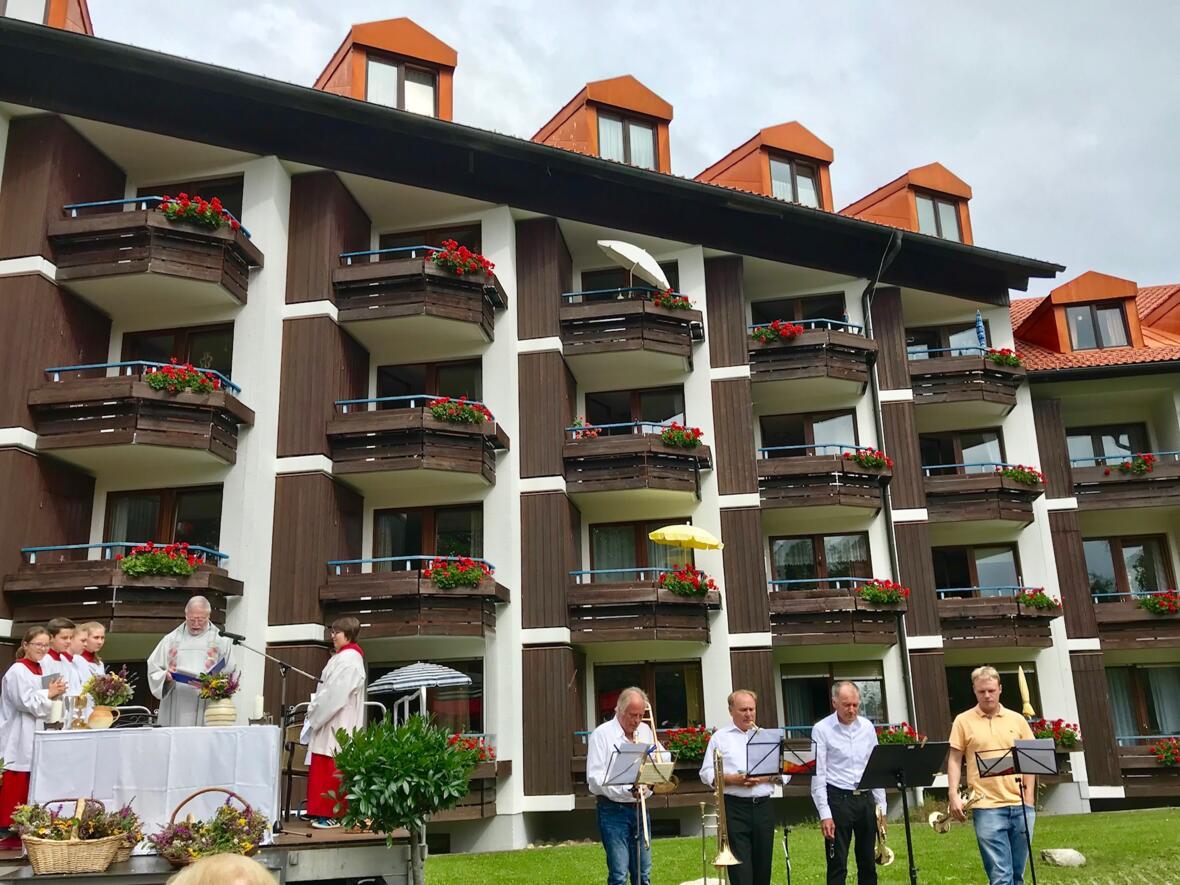 Katholische Festmesse zu Mariä Himmelfahrt vor dem Caritas-Seniorenzentrum
