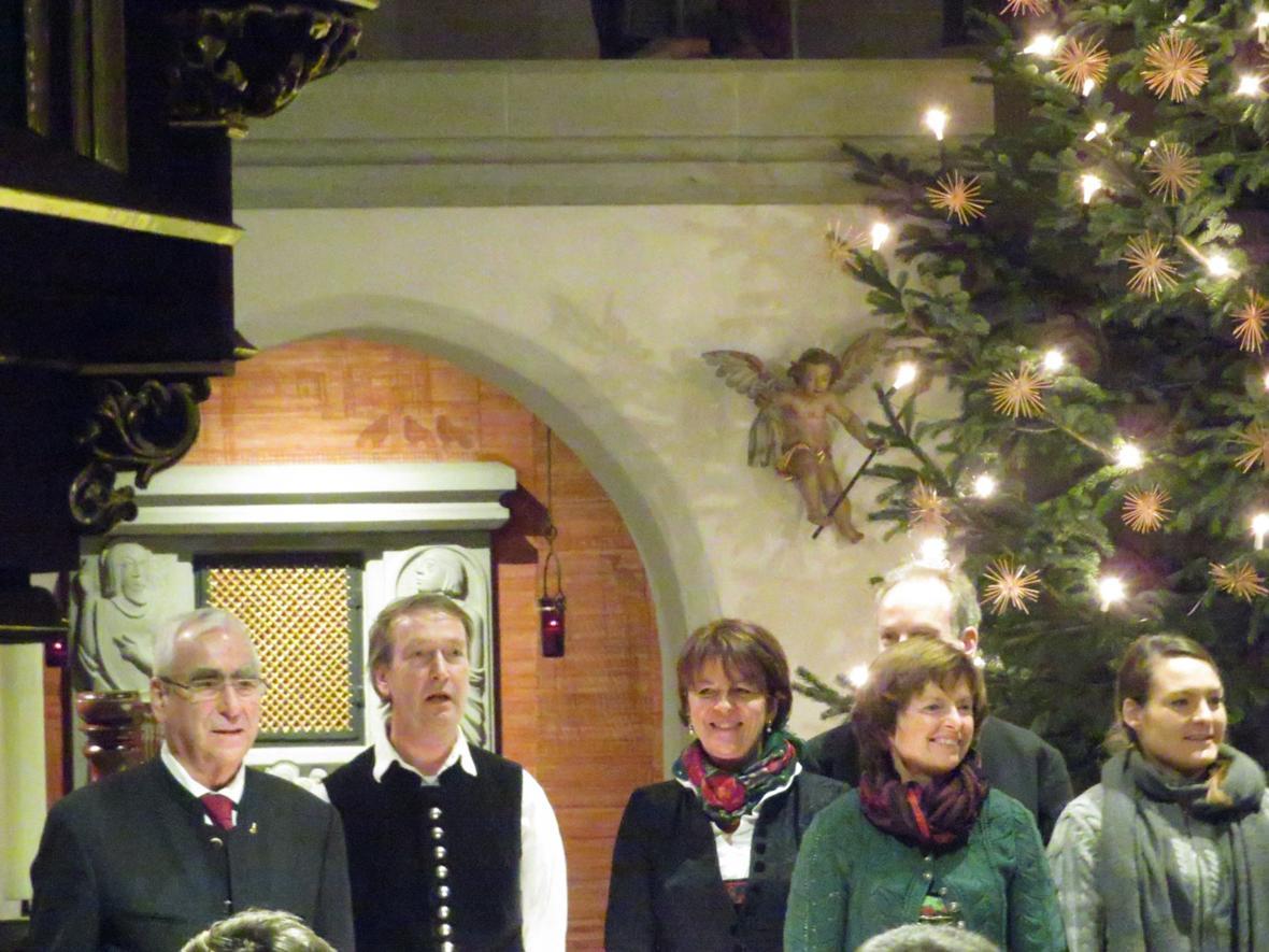 """Konzert und Lesung am 15. Dezember """"Schwäbische Weihnacht"""" . Erzähler: Dr. Theo Waigel, Mitwirkende: Seeger Saitenmusik, Monika-Dreig'sang, Kerber Ensemble"""