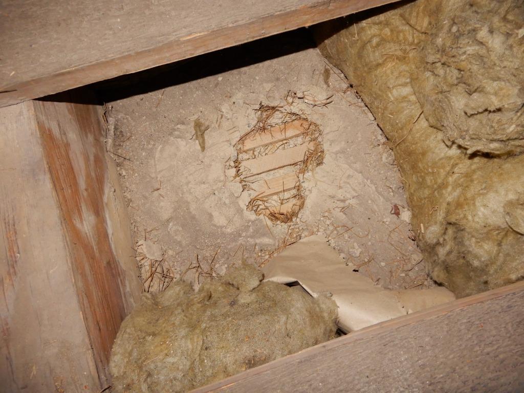 _009 Blick von oben auf Kirchendeckenlattung, dazwischen Deckenputz