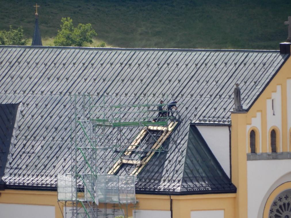 Spengler beim Errichten des Dachzugangs