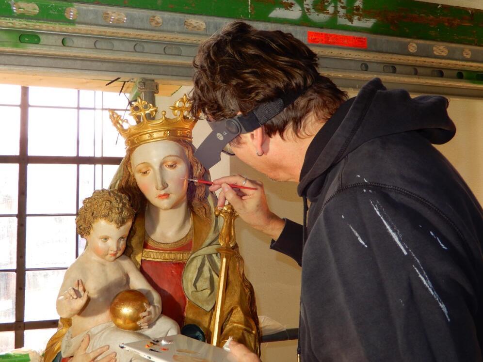 Restaurator an Maria mit Kind