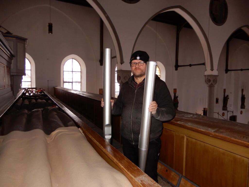_075 Die auf der Empore gelagerten Orgelpfeiffen werden wieder montiert 28.01.21