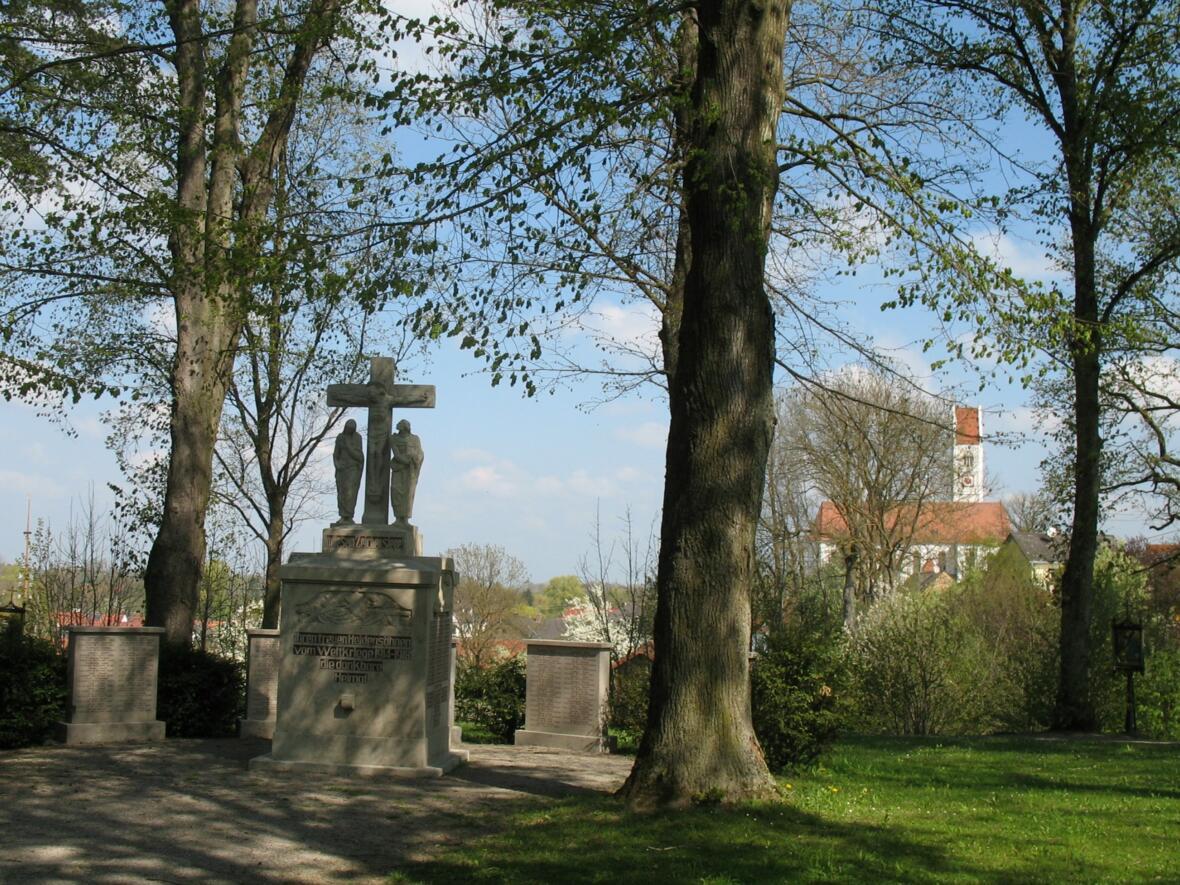 Kriegerdenkmal + St. Stephan 01111_2011