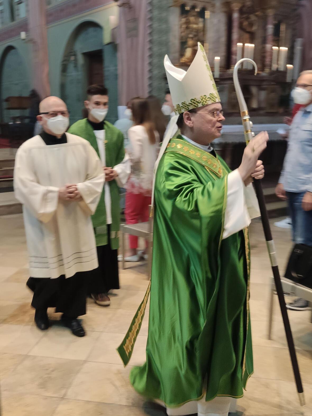Bischof Bertram beim Auszug aus dem Gottesdienst (Foto: Vlatko Knez)
