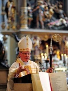 Bischof Konrad bei Predigt