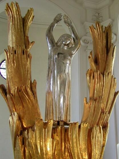 Afra-Skulptur von Georg Chorherr (1964) in der Kirche St. Afra im Felde