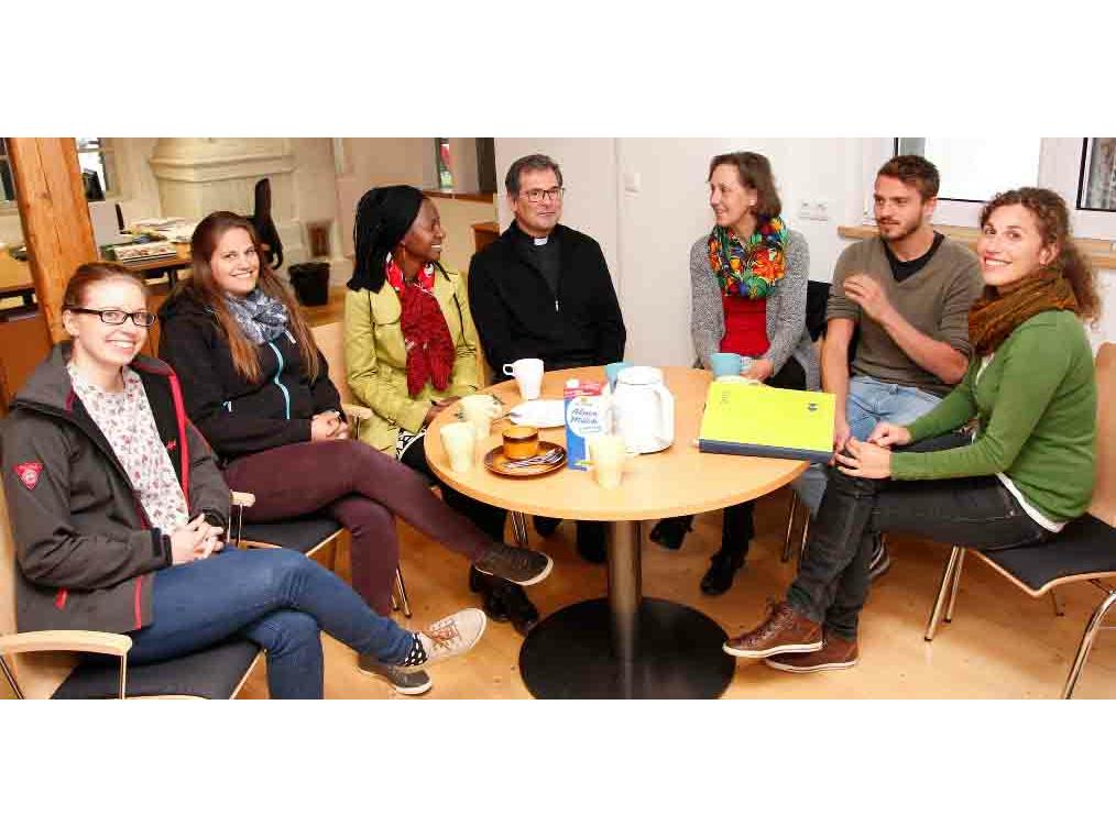 Asylsozial- und Migrationsberater/-innen der Caritas in Mindelheim tauschen sich gemeinsam mit Diözesan-Caritasdirektor Domkapitular Dr. Andreas Magg aus (Foto: Caritas/Gattner).