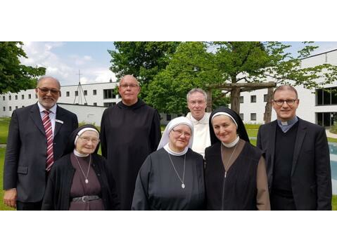 v.l.n.r.: Hr. Streit, Sr. Jana, P. Tobias, Sr. Regina, P. Thomas, Sr. Katharina und Domvikar Miesen, Foto: Ingrid Strohmayr